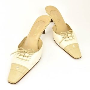 CHANEL Beige/Off-White Leather Bow & CC Logo Mules